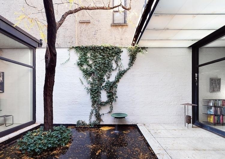 Courtyard pond. Rockefeller Gue - upinteriors | ello