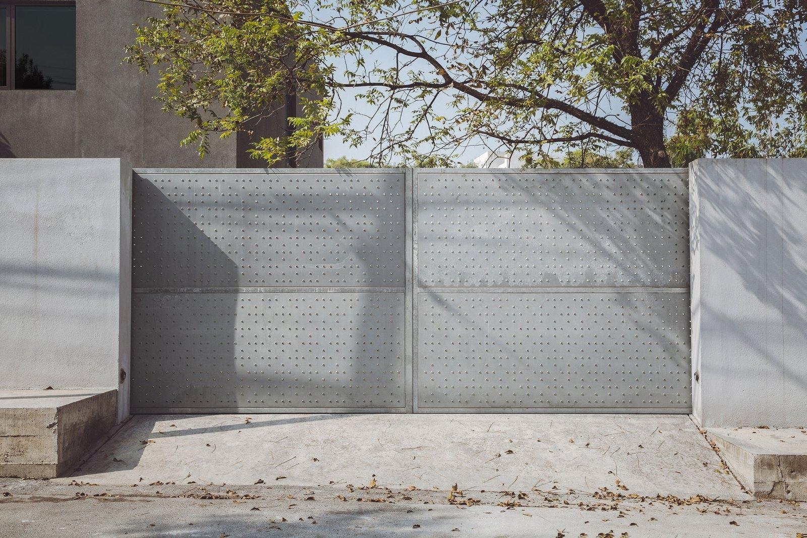 Double metal gate. Doblado Hous - upinteriors | ello