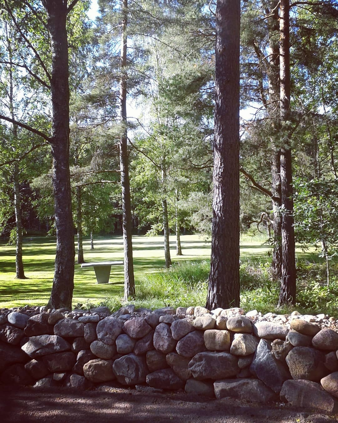 Här skymtar katafalk vänd mot M - skogskyrkogardar | ello