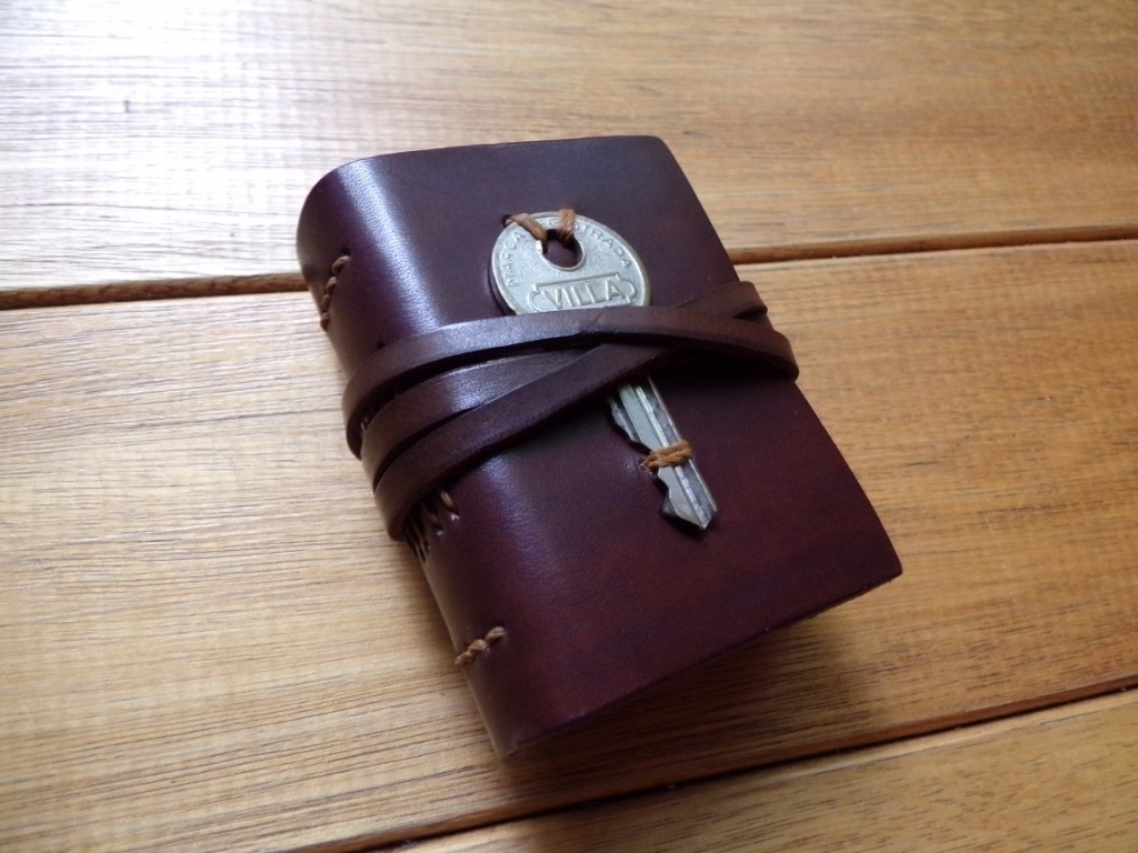Pequeño cuaderno de cuero, A8 - cuadernodecuero - mirtanruiz | ello